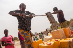 Women filling jerry cans with water