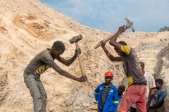 Workers mining for mangaese